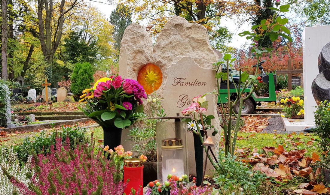 Urnengrabgestaltung Herbst Bilder Grabschmuck Grabdeko Sandstein Urnengrabstein Glas Sonne Weimar Hauptfriedhof Steinmetz