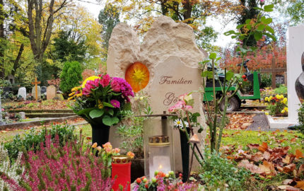 Urnengrabstätte - Grabgestaltung im Herbst - Sandstein Urnengrabstein mit Glaselement Sonne - Steinmetz / Hauptfriedhof Weimar<br />