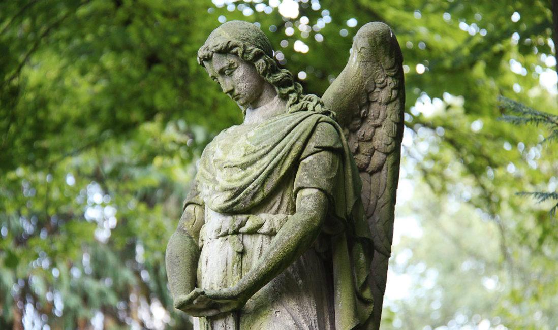 Einzelgrabstein mit Engel historische Grabanalge Sandstein Köln Melatenfriedhof Detail