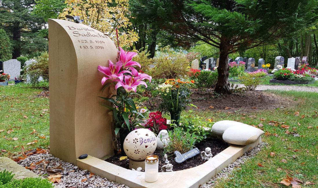 Urnengrabgstaltung in Sandstein Schmetterling Grabschmuck Grabdeko Einfassung Naturstein Grabdekoration Friedhof Saalfeld Thüringen