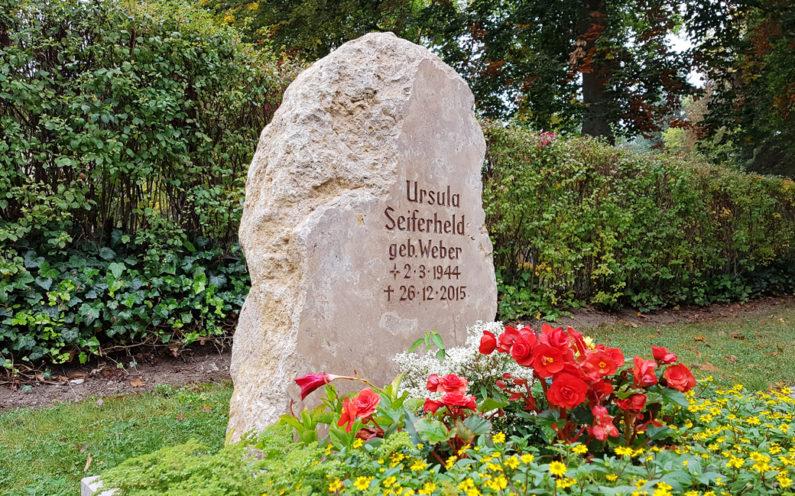 Saalfeld Hauptfriedhof Urnengrabstein Seiferheld - 1