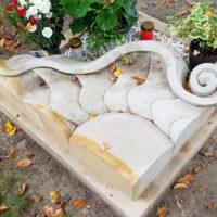 Besondere Urnengrabgestaltung Liegesteine mit Sonnenblume Design Grabeinfassung und pflegeleicht mit Kies Friedhof Saalfeld