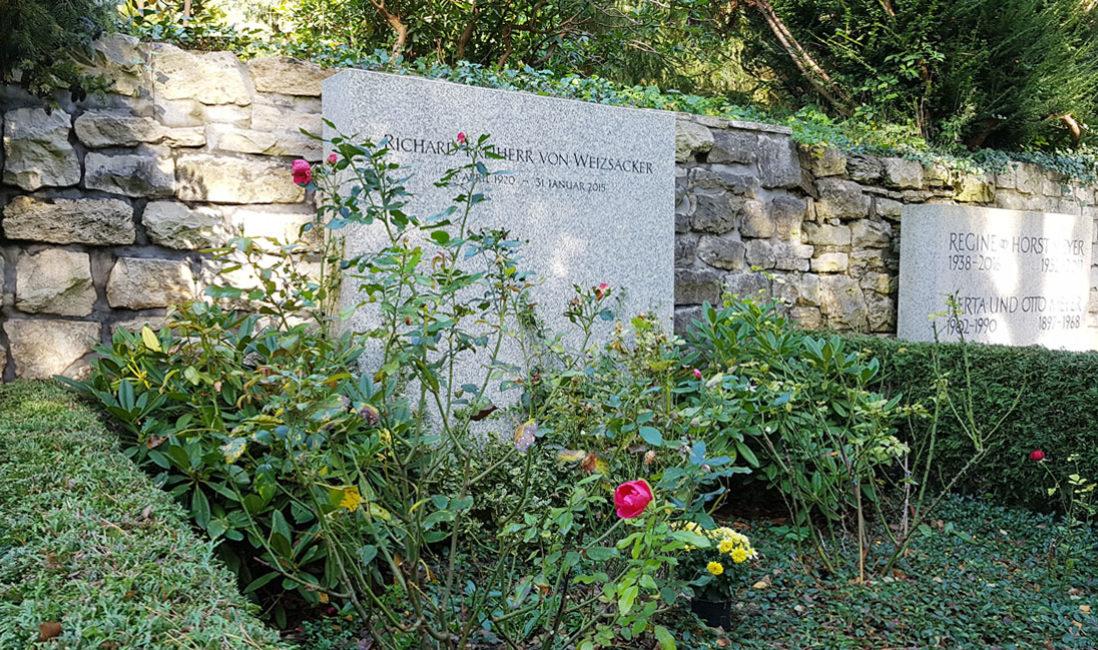 berühmte Grabanlage Grabstein Weizsäcker Granit Waldfriedhof Dahlem Berlin Perspektive