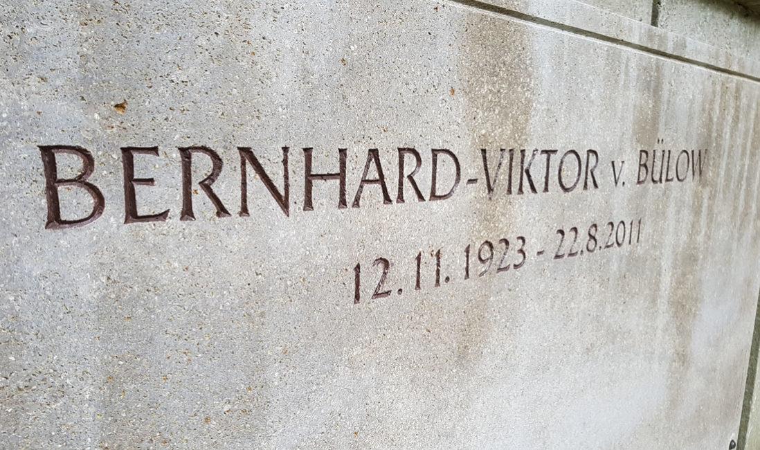 berühmt Grabstein Kalkstein Einzelgrab Loriot Friedhof Heerstrasse Berlin Detail