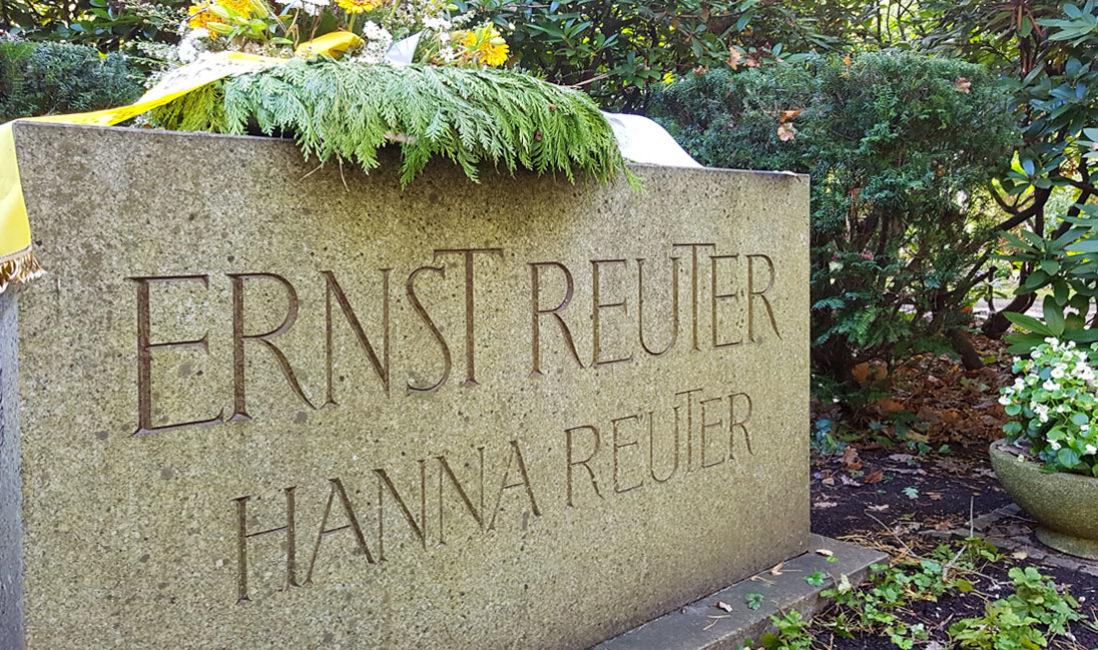 berühmt Grabstein Ernst Reuter Doppelgrab Naturstein Waldfriedhof Zehlendorf Berlin Detail