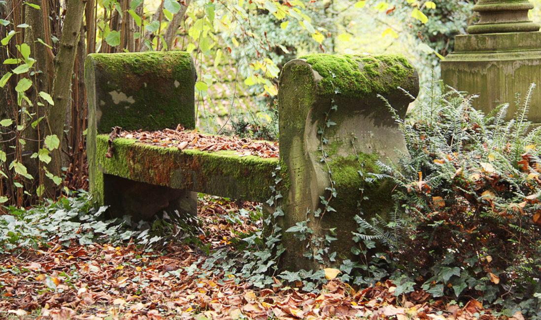 Grabstätte mit antiker Säule Grabanlage Grabstein Georg Haar Sandstein Hauptfriedhof Weimar Detail