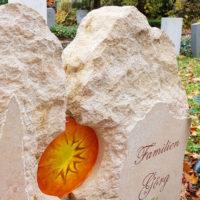 Grabstein Glaseinsatz Glaselement Sonne Sandstein