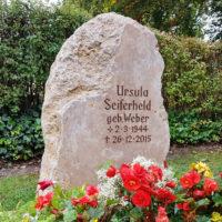 Urnengrab gestalten mit Felsen Findling naturbelassen natürlich Urnengrabstein Urnengrabmal Saalfeld Friedhof