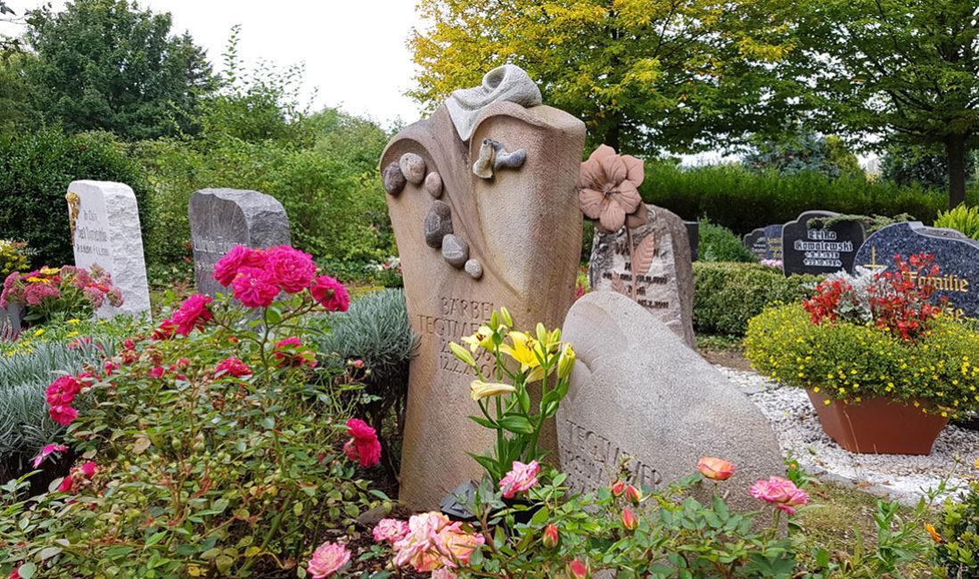 Grabstein Kieselsteine Gestaltung Sandstein Grabbepflanzung Rosen Beispiel Idee  Friedhof Saalfeld Thüringen
