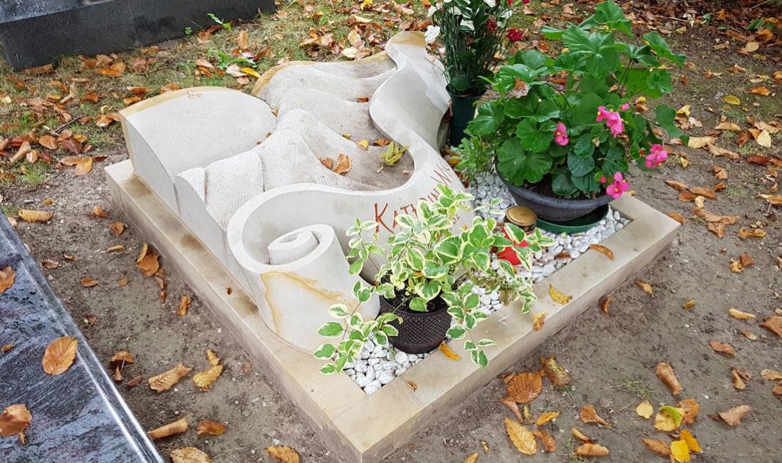 Urnengrab mit Kies Liegestein Liegeplatte Sonnenblume schön stilvoll Gestaltung wenig Aufwand und Pflege Design Beispiel Idee Bilder Foto  Friedhof Saalfeld