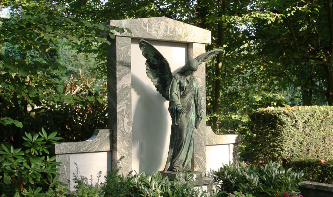 historisch Grabengel Bronze Familiengrabanlage Granit Melatenfriedhof Köln Seitenansicht