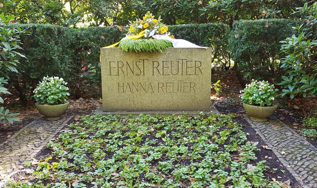 berühmt Grabstein Ernst Reuter Doppelgrab Naturstein Waldfriedhof Zehlendorf Berlin Bepflanzung
