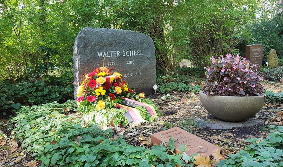 Einzelgrab Grabstein berühmt Walter Scheel Granit Waldfriedhof Zehlendorf Berlin Seitenansicht