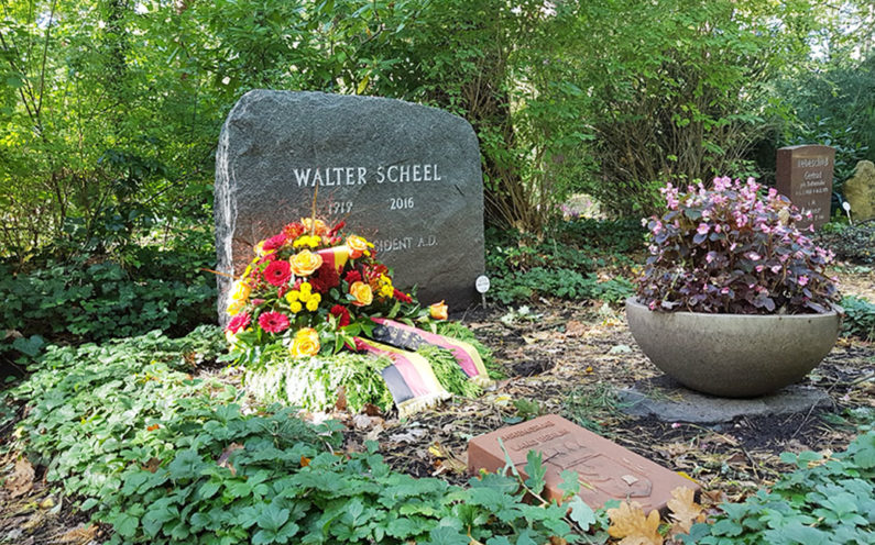 Berlin Waldfriedhof Zehlendorf Grabstein Walter Scheel - 1