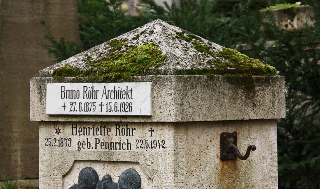historisches Grabmal Bruno Röhr Mehrfachgrabstelle Kalkstein Weimar Hauptfriedhof Nahansicht