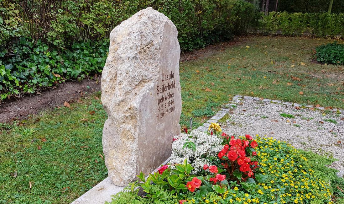 naturbelassene Kalkstein Grabstein Findling Felsen Urnengrab rustikal natürlich Urnengrabstätte Hauptfriedhof Saalfeld