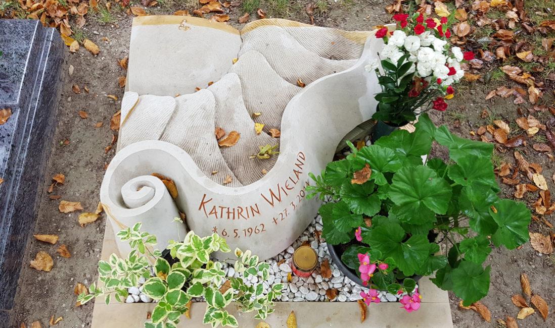 Besonderer Urnen Liegestein Urnengrab mit Einfassung und Kies Grabstein liegend Kalkstein Urnengrab Gestaltung Beispiel Friedhof Saalfeld