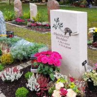 Urnengrabstelle gestalten Kleine Urnengrabsteine Beispiele Idee Fotos Bilder Grabschmuck Grabdeko Bronzefiguren Vogel Saalfeld Friedhof