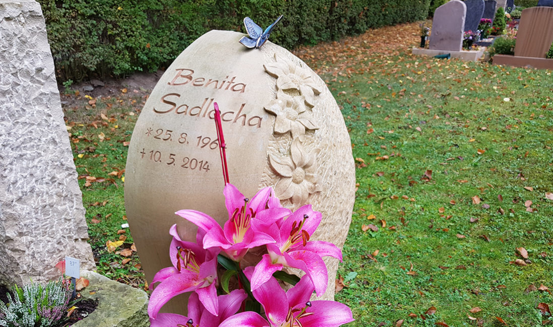Sandstein Grabstein Urnengrab Deko Schmetterling Blumen Inschrift Beschriftung Friedhof Saalfeld Thüringen
