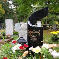 Grabgestaltung Urnengrab im Sommer mit Einfassung Platten Urnengrabstein