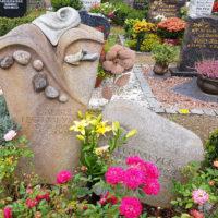 Grabgestaltung Grabstein mit Kieselsteinen Individuelle Grabmalgestaltung Friedhof Saalfeld