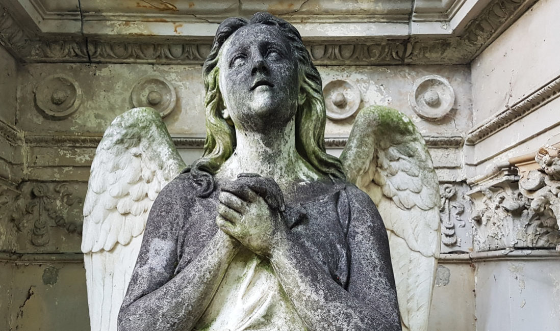 historischer Grabstein mit Engel Familiengrabstätte Sandstein Köln Friedhof Melaten Portrait