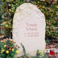 Kleiner Grabstein Findling Grabmal Urnengrab bestellen kaufen Preise Kosten günstig online rustikal Felsen natürlich Natur Beispiel Sandstein Steinmetz Weimar Hauptfriedhof