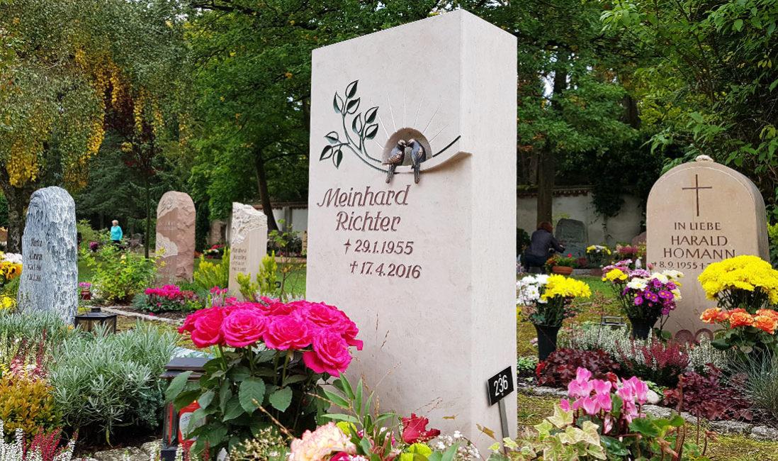 Vogel Bronze Urnengrabstein Motiv Spatz Baum Ast Blätter Lebensbaum Kalkstein Urnengrabstätte Blumen Steinmetz Friedhof Saalfeld