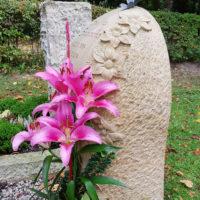 Sandstein Urnengrabstein mit Blüten