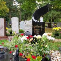 Urnengrab Grabmal geschwungen schwarzer polierter Granit
