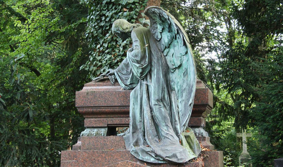 historische Familiengrabstätte mit Gruft Engelgrabstein Bronze Granit Köln Melaten Friedhof Detail