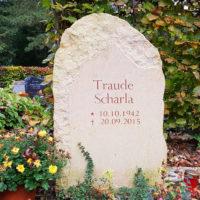 Findling Gabsteine Grabmale Natürliche Gestaltung Felsen Optik rustikal naturbelassen natürlich kaufen bestellen günstig Urnengräber Urnengrabstätten Urnengrab Steinmetz Weimar Hauptfriedhof
