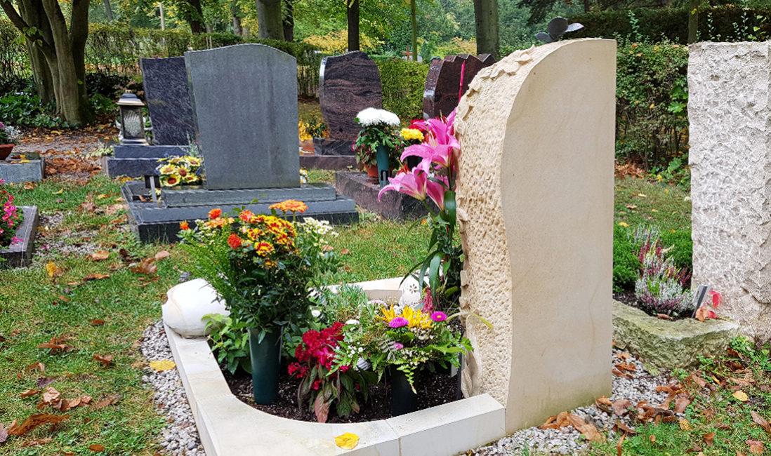 Urnengrabstätte mit Einfassung Sandstein Bepflanzung Grabschmuck Grabdeko Friedhof Saalfeld Thüringen