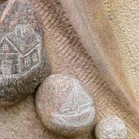 Grabstein mit Kieselsteinen