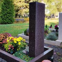 Grabgestaltung im Herbst Grabstein mit Grab Einfassung Umrandung aus Stein