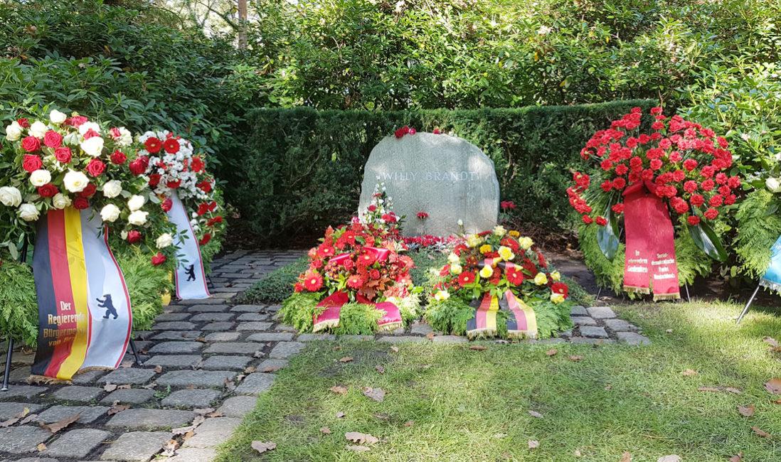 Grabmal Einzelgrabstätte Willy Brandt Naturstein Waldfriedhof Zehlendorf Berlin Grabschmuck