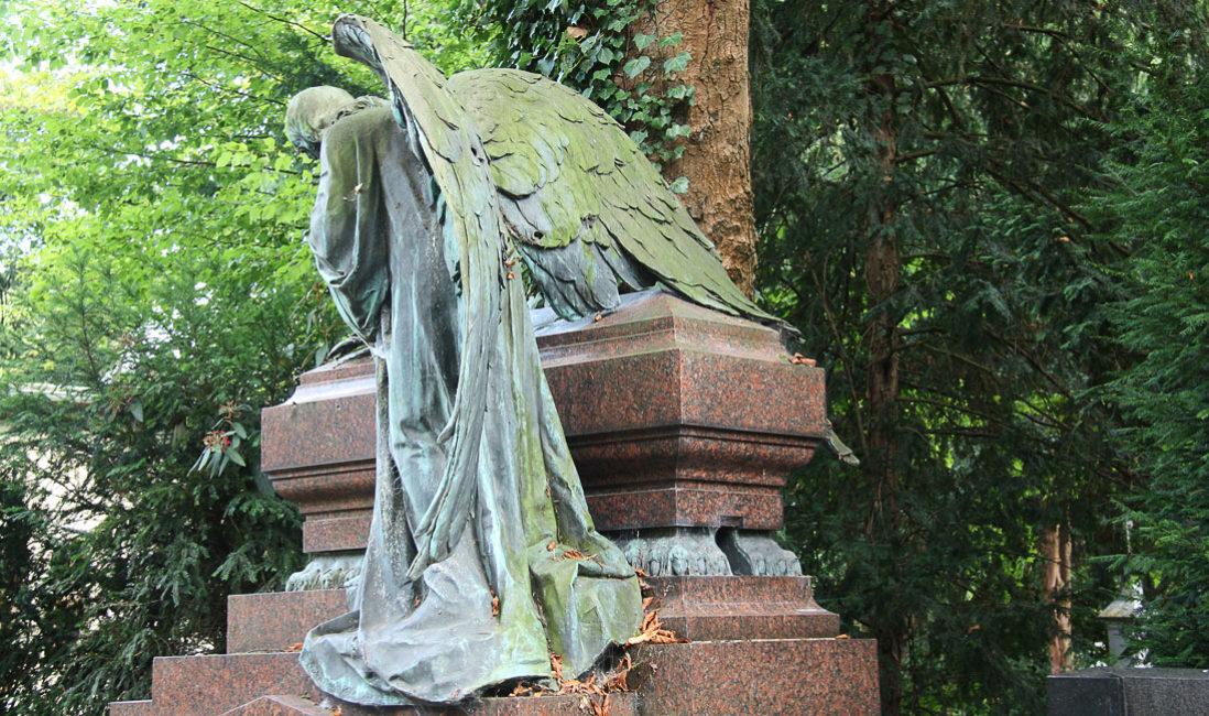 historische Familiengrabstätte mit Gruft Engelgrabstein Bronze Granit Köln Melaten Friedhof Rückansicht
