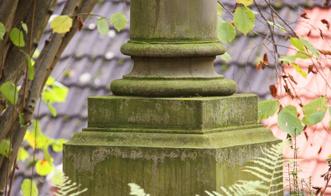 Grabstätte mit antiker Säule Grabanlage Grabstein Georg Haar Sandstein Hauptfriedhof WeimarDetail