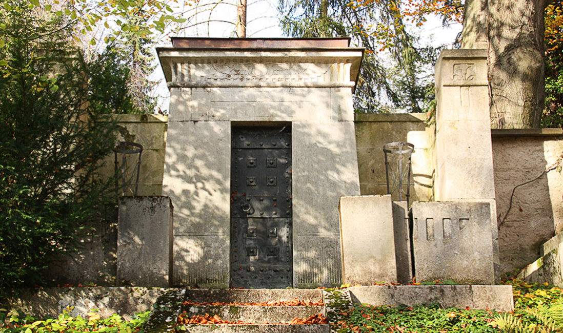 historische Antike  Familiengrabstätte Grabstein Carl Frithjof Smith Mausoleum Travertin Weimar Hauptfriedhof Detail