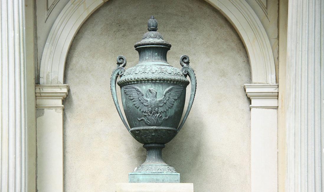 historischer Grabtempel Familiengrablege Gruft Sandstein Bronze Melatenfriedhof Köln Bronzefigur