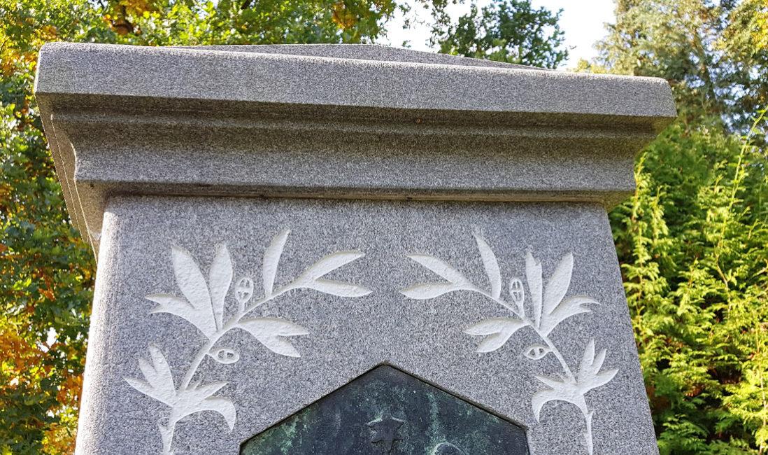 historisch Grabstein Einzelgrab Carl Röder Granit Hauptfriedhof Greiz Detail