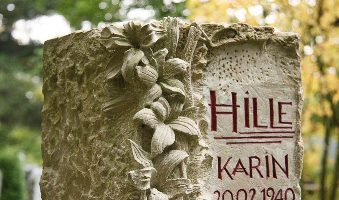 Grabstein Blumenornament Urnengrab Kalkstein Hauptfriedhof Saalfeld Detail