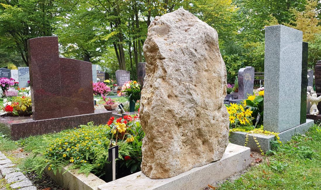 Hauptfriedhof Saalfeld  Rustikaler Naturstein Felsen Findling natur natürlich naturbelassene Oberfläche Kalkstein Urnengrab Urnengrabstätte Grabeinfassung Grabumrandung