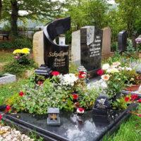 Unengrab Gestalten mit Platten und Einfassung Grabbepflanzung im Herbst Beispiel Saalfeld Friedhof