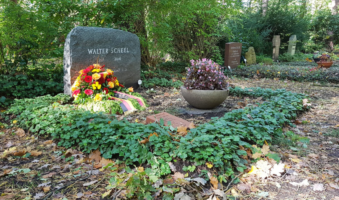 Einzelgrab Grabstein berühmt Walter Scheel Granit Waldfriedhof Zehlendorf Berlin Gesamtansicht