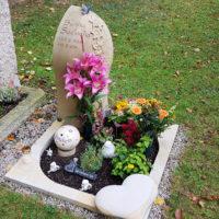 Urnengrab Gestaltung aus Sandstein Junge Menschen Einfassung Herz Grabschmuck Grabdeko