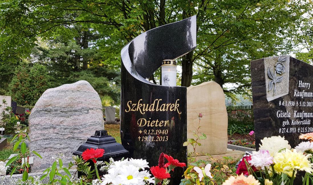 geschwungen Grabmal Granit Urnengrabstelle Hauptfriedhof Saalfeld Frontansicht