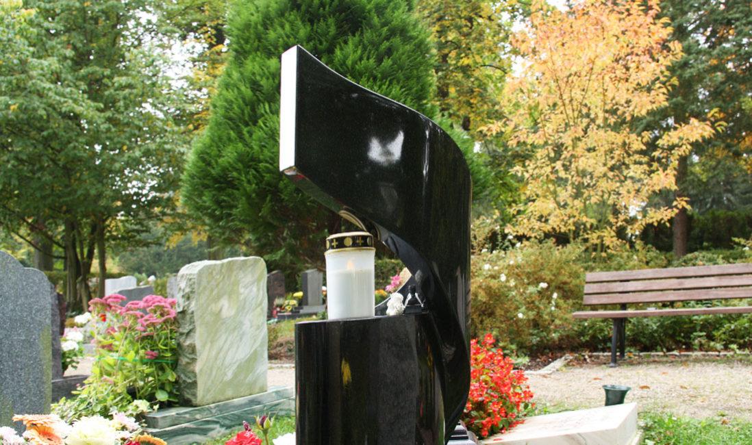 Urnengrabstein geschwungen Granit schwarz poliert Friedhof Saalfeld Rückseite