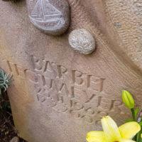 Grabstein Grabmal mit Kieselsteinen
