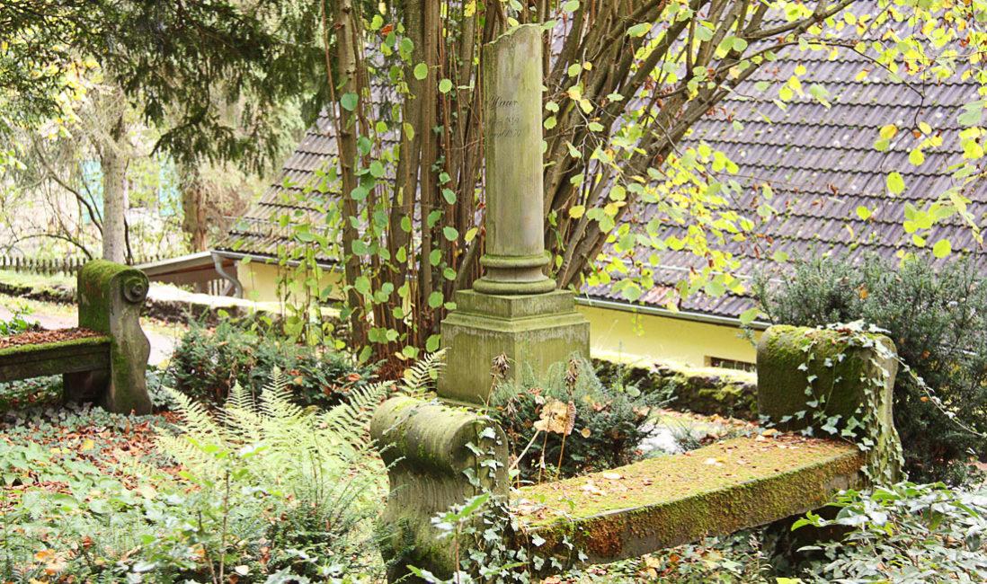 Grabstätte mit antiker Säule Grabanlage Grabstein Georg Haar Sandstein Hauptfriedhof Weimar Seitenansicht